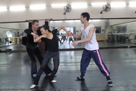 826-hans-henning-paar-probt-mit-vietnamesischen-tanzern