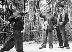 1584-bien-dao-thai-ly-va-nghe-sy-huynh-minh-sieng-dan-dung-mua-mam-vang-tai-chien-khu-mien-dong-nam-19691