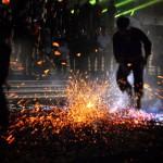 Những màn nhảy múa trên lửa đỏ, than hồng