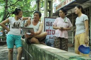 2440-phim-tai-hien-cuoc-song-hang-ngay-cua-nhung-nguoi-dan-dang-song-trong-cac-khu-tap-the-cu-cua-ha-noi-voi-tinh-huong-gan-gui-doi-thuong-2440-nhung-cong-dan-tap-the-300x200