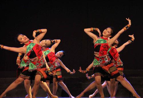 Các vũ công trẻ của Nhà hát Bông Sen tập luyện sau khi trở về Việt Nam