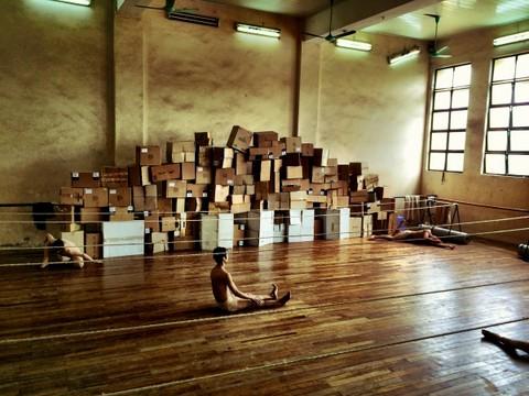 Các nghệ sỹ của đoàn múa Nơi đến, trên sàn tập vở diễn