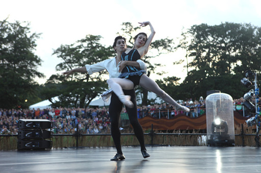 Diễn viên của English National Ballet, biểu diễn tại Latitude Festival 2011 với - Ảnh: Theglassmagazine