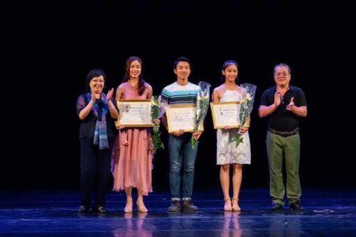 NSND Chu Thúy Quỳnh và NSND Minh Quang trao giải Diễn Viên Trẻ Triển Vọng cho các thí sinh.