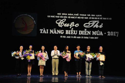 NSND Vương Duy Biên - Thứ trưởng Bộ VHTTDL - Trưởng ban Chỉ đạo cuộc thi trao giải cho các thí sinh đoạt Huy Chương Vàng.
